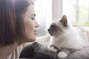 Mujer observando a su gato